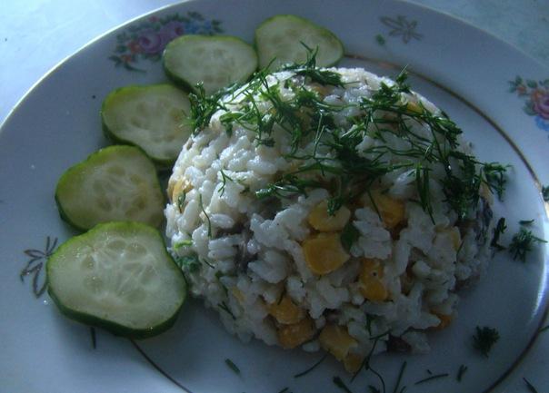 Рисовый салат с грибами и кукурузой