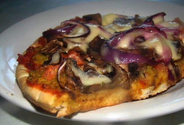 Пицца с грибами и соевым фаршем