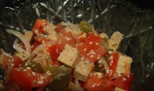 Cалат из тофу с маринованными огурцами