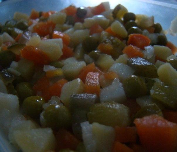 Простой овощной салат с картофелем