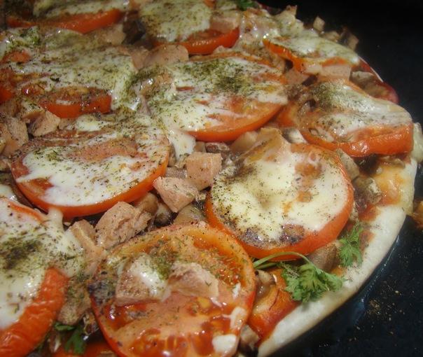 Веганская пицца с колбасой