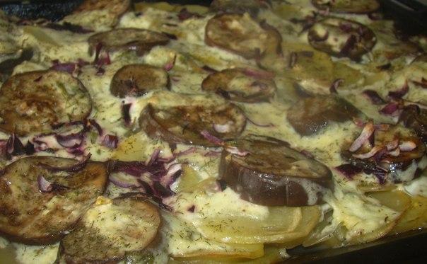 Картофель, запечённый с баклажанами под чесночным соусом