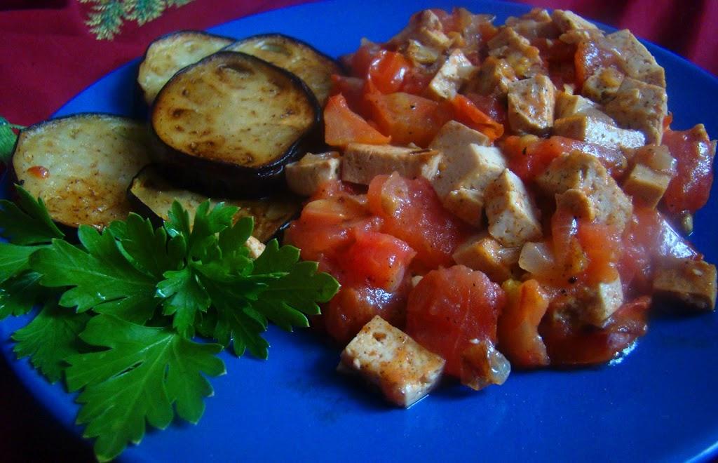 Копчёный тофу с помидорами