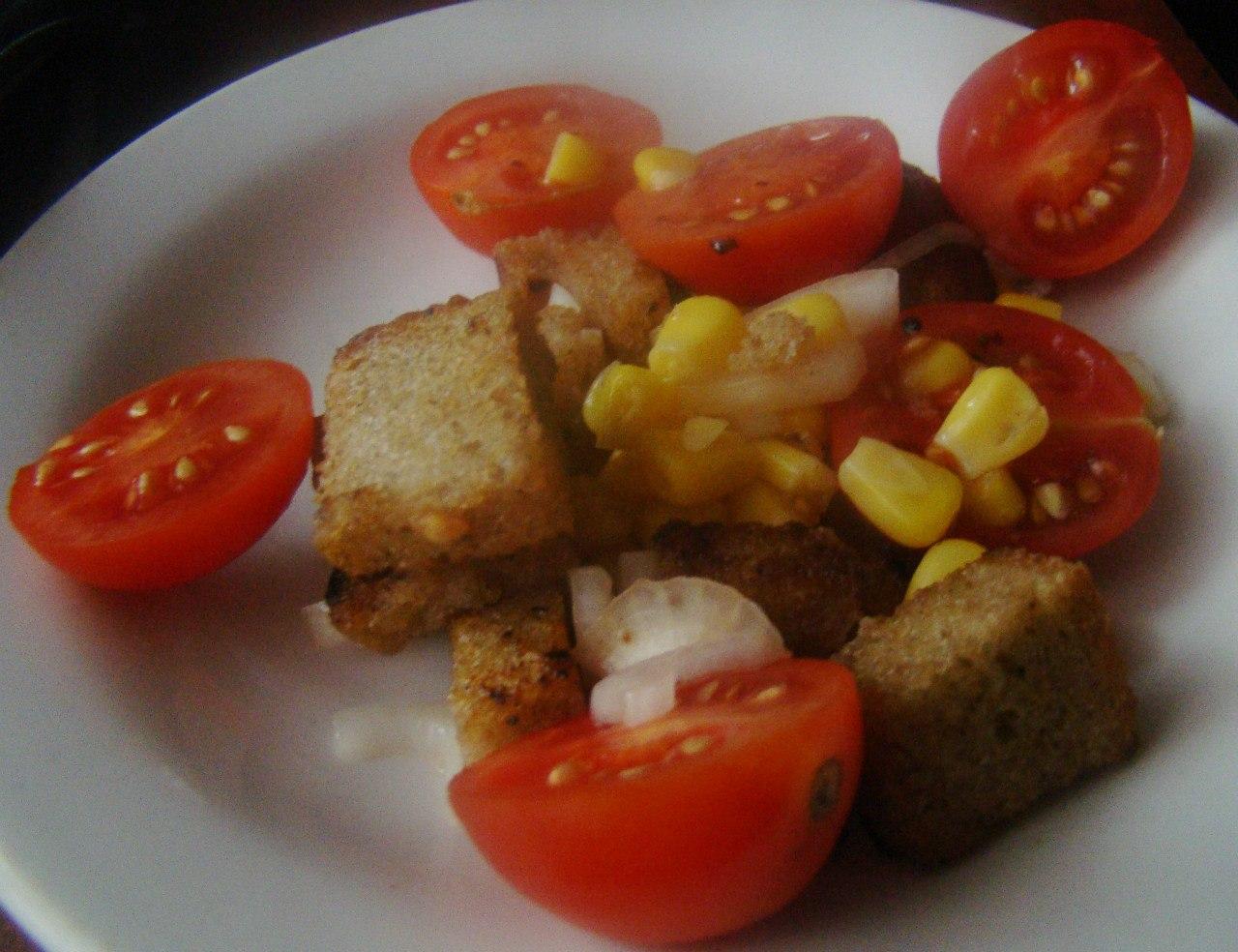 Вкусный салат с сухариками и кукурузой