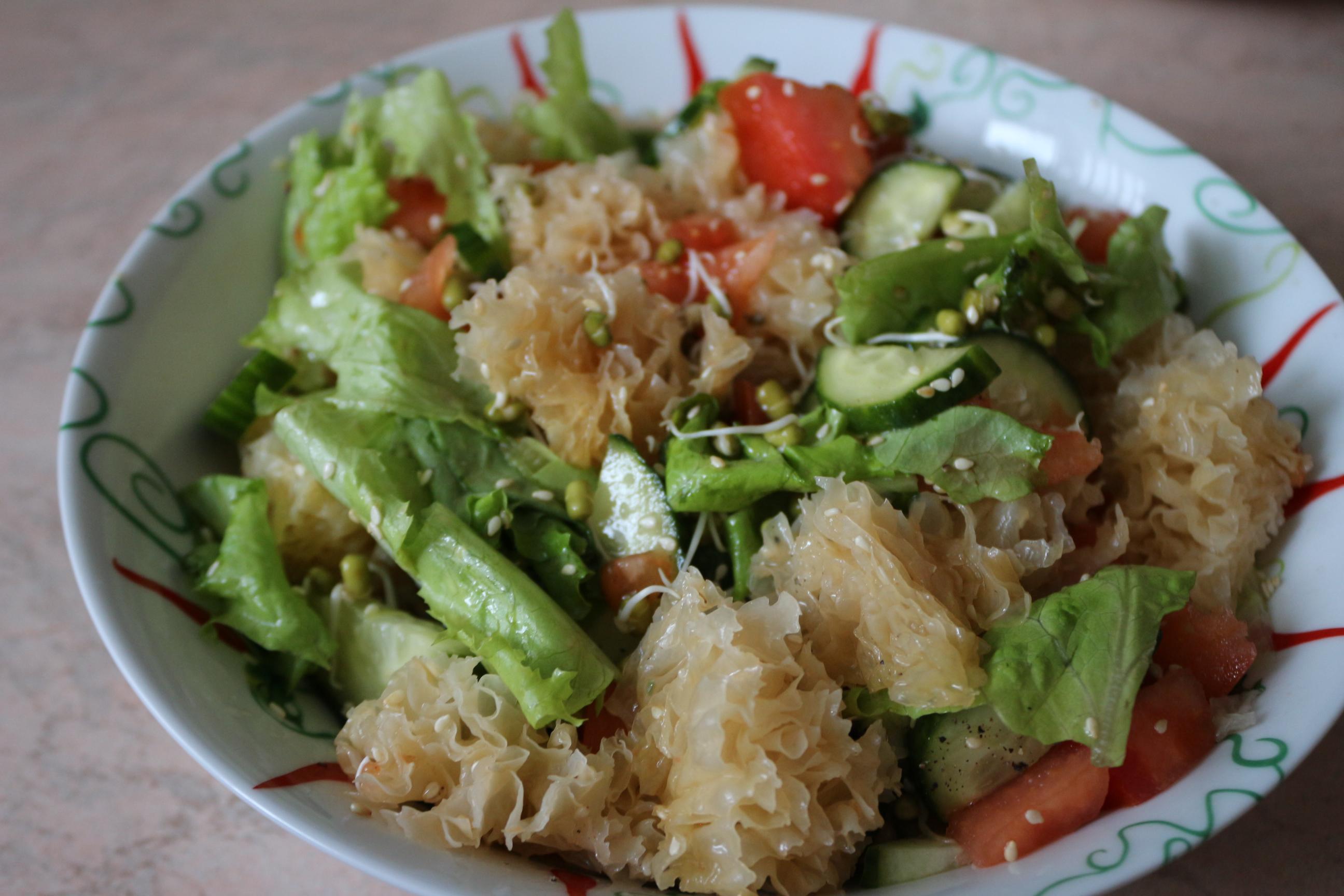 Салат с овощами, ледяными грибами и проростками маша
