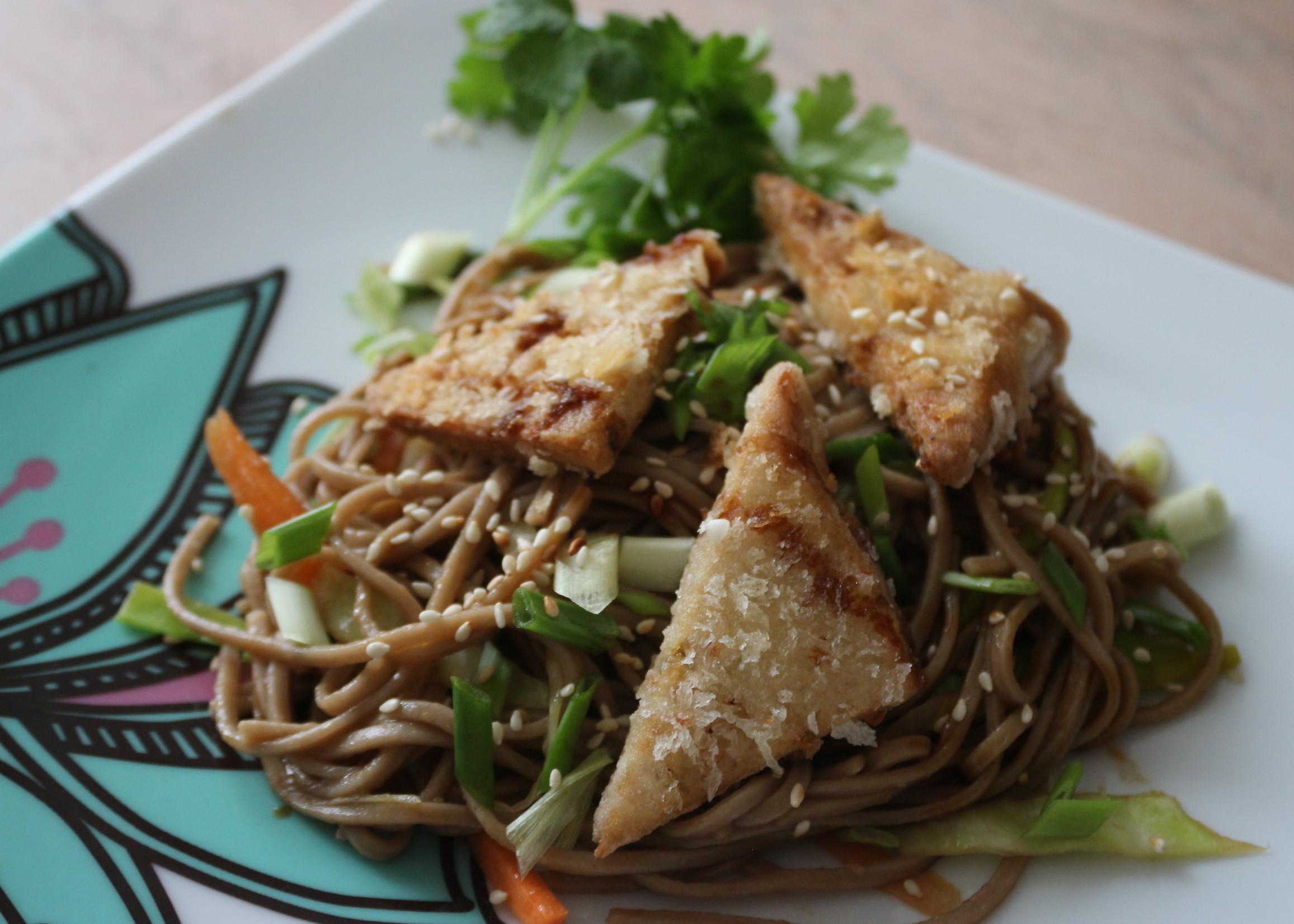 Салат из собы, хрустящего тофу и овощей