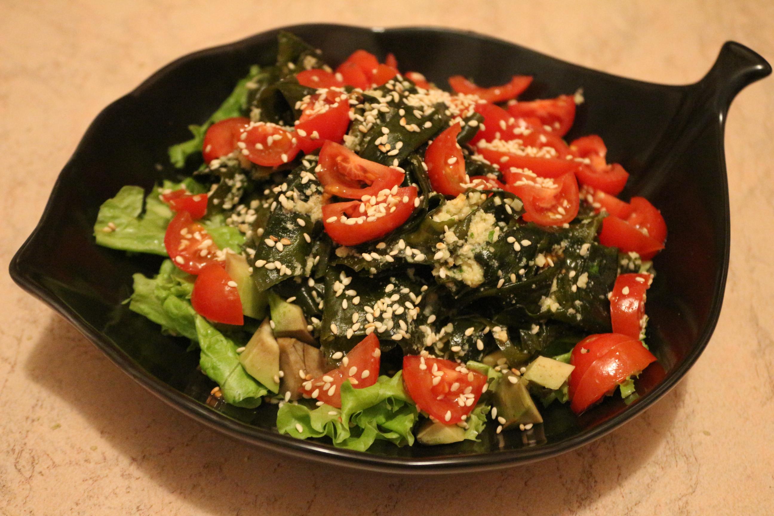 Салат с водорослями вакаме, помидорами черри и ореховой заправкой
