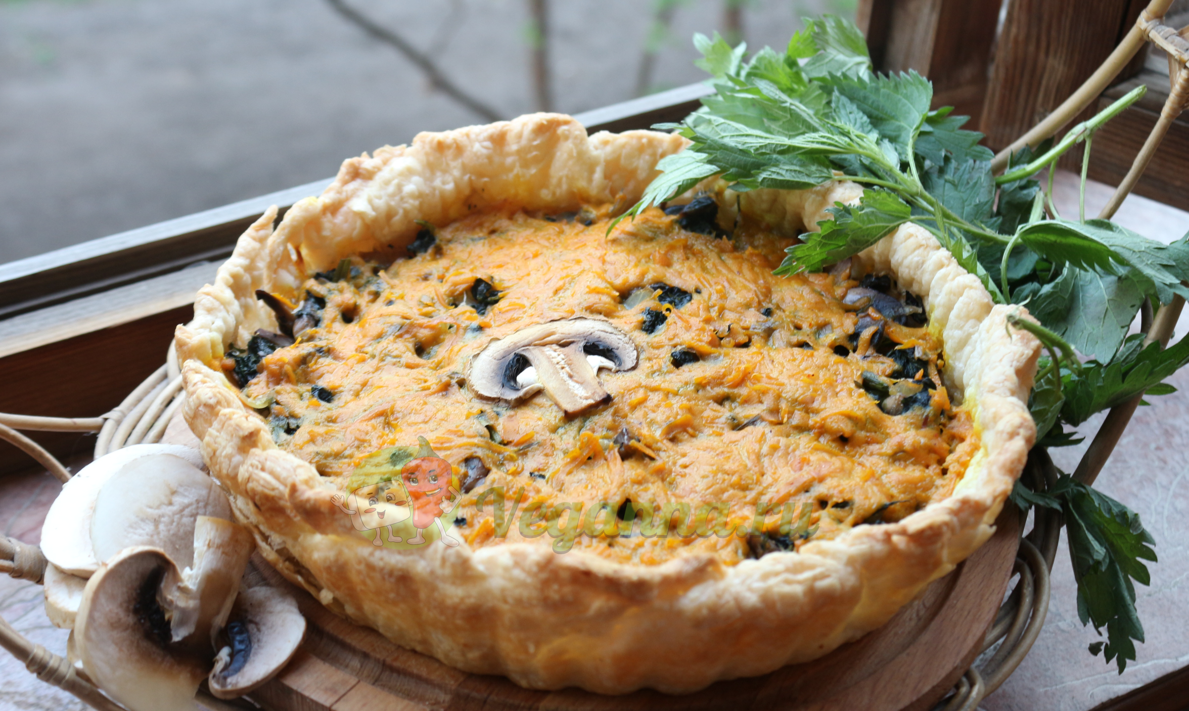 Открытый пирог с грибами, крапивой и луком