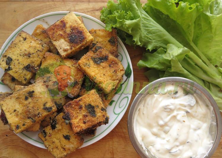 Тофу в панировке с соусом из маслин