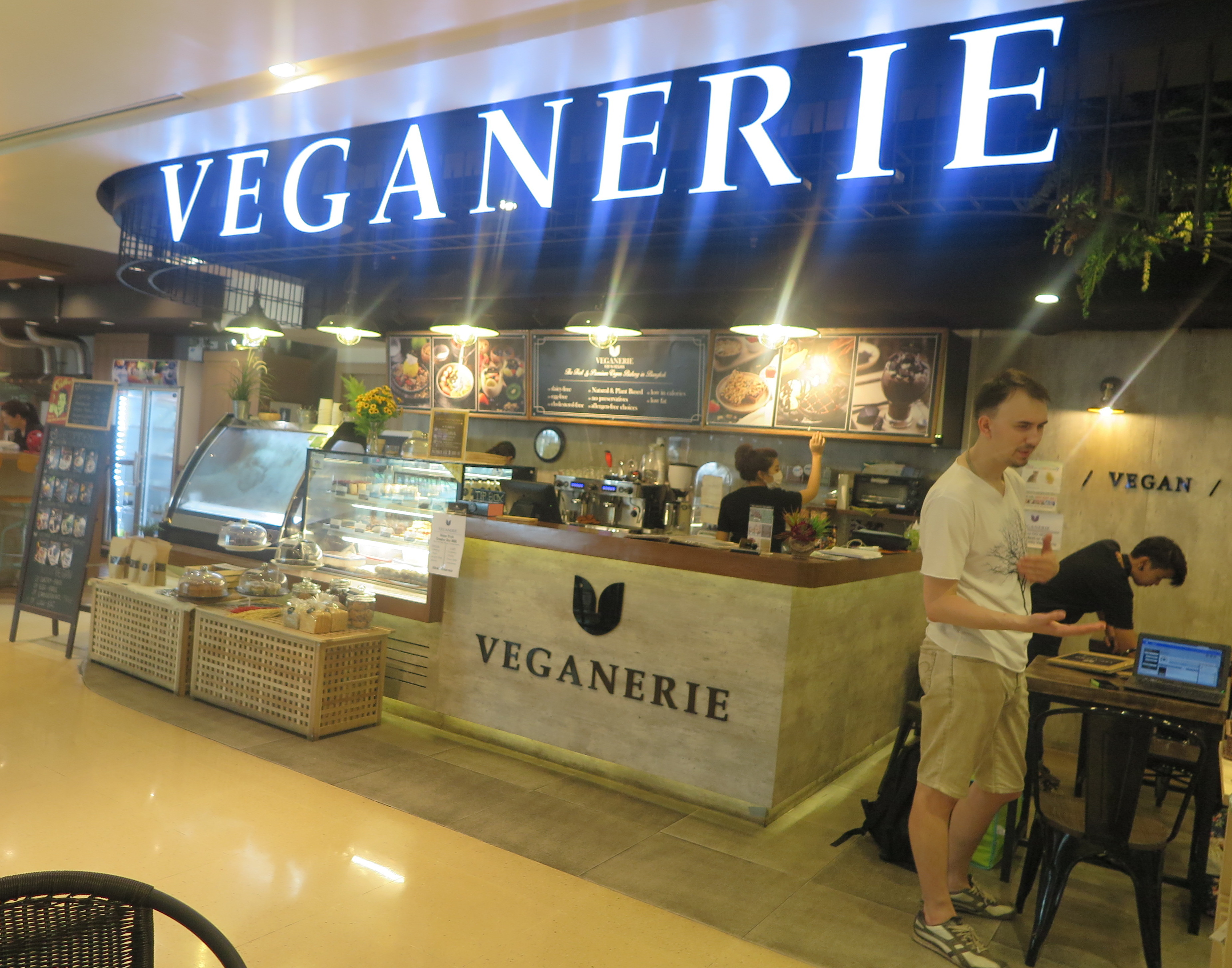 День 2. Бронирование отеля в Таиланде, знакомство с директором Veganerie и поиск жилья.