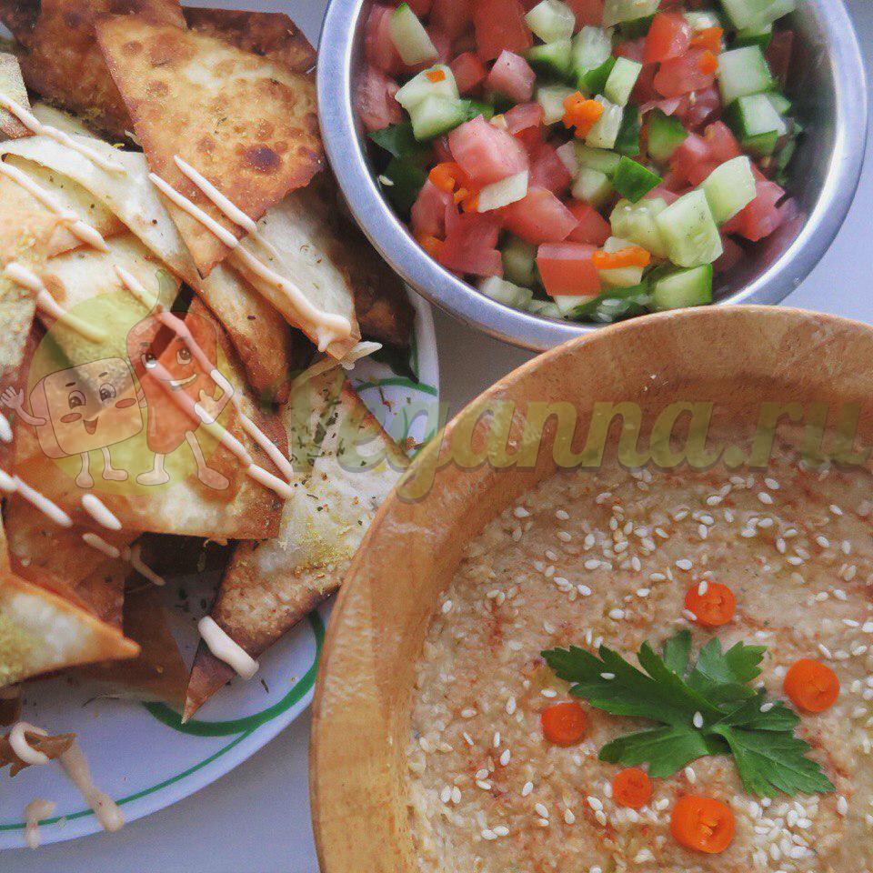 Пряный нутовый паштет с чипсами из лаваша и овощной сальсой