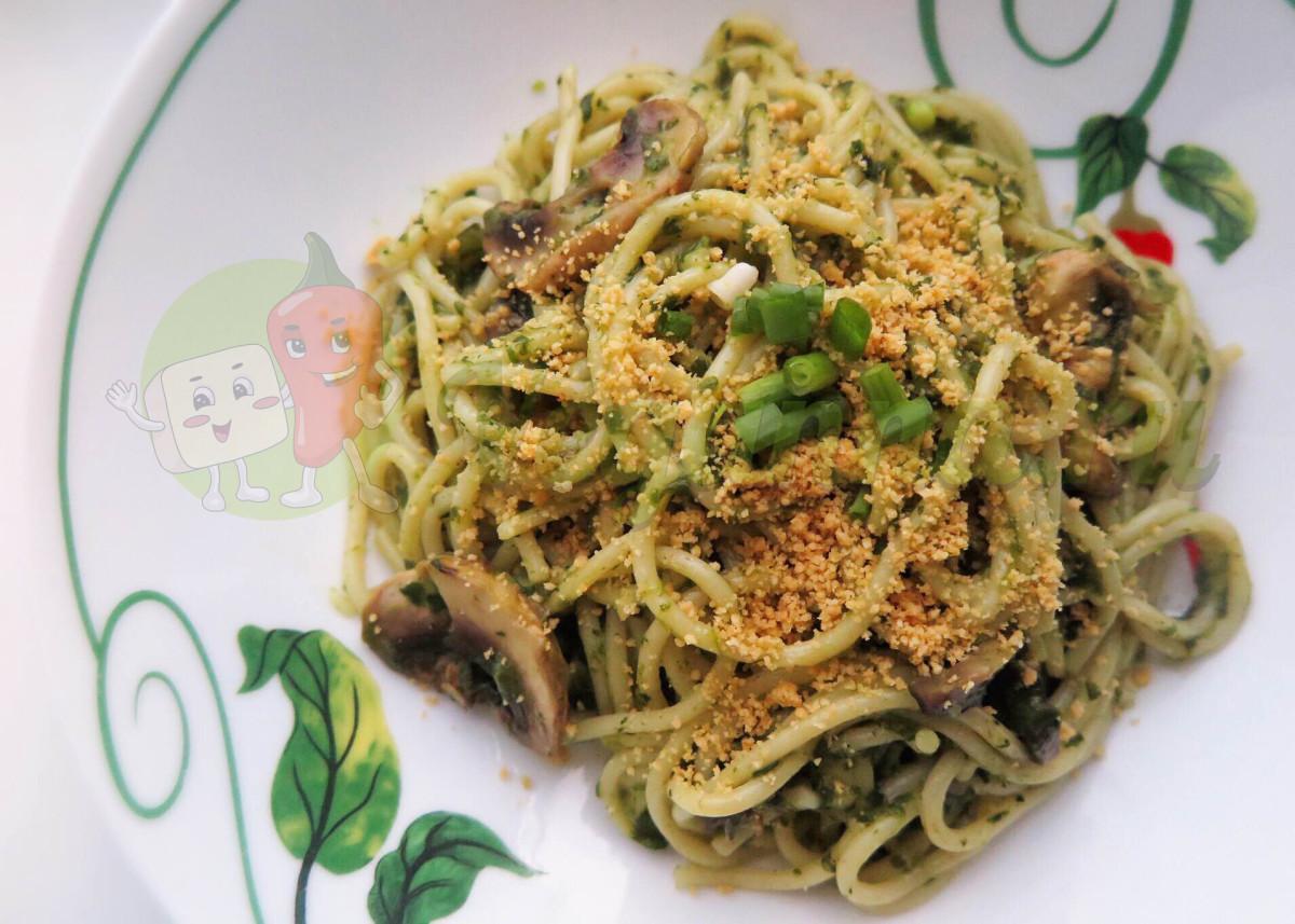 Паста в шпинатном соусе с грибами и веганским пармезаном