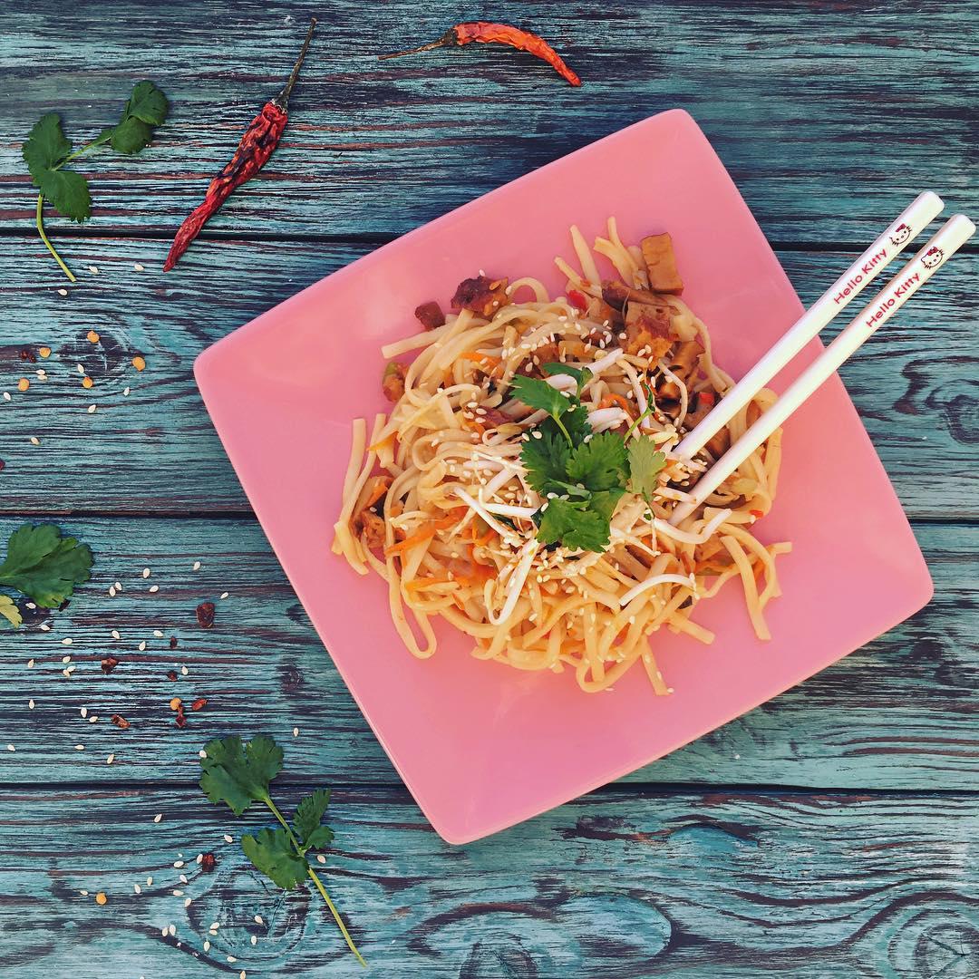 Азиатский удон с сейтаном и овощами
