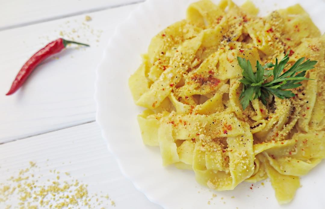 Веганская домашняя паста с трюфельным оливковым маслом, веганским пармезаном и паприкой