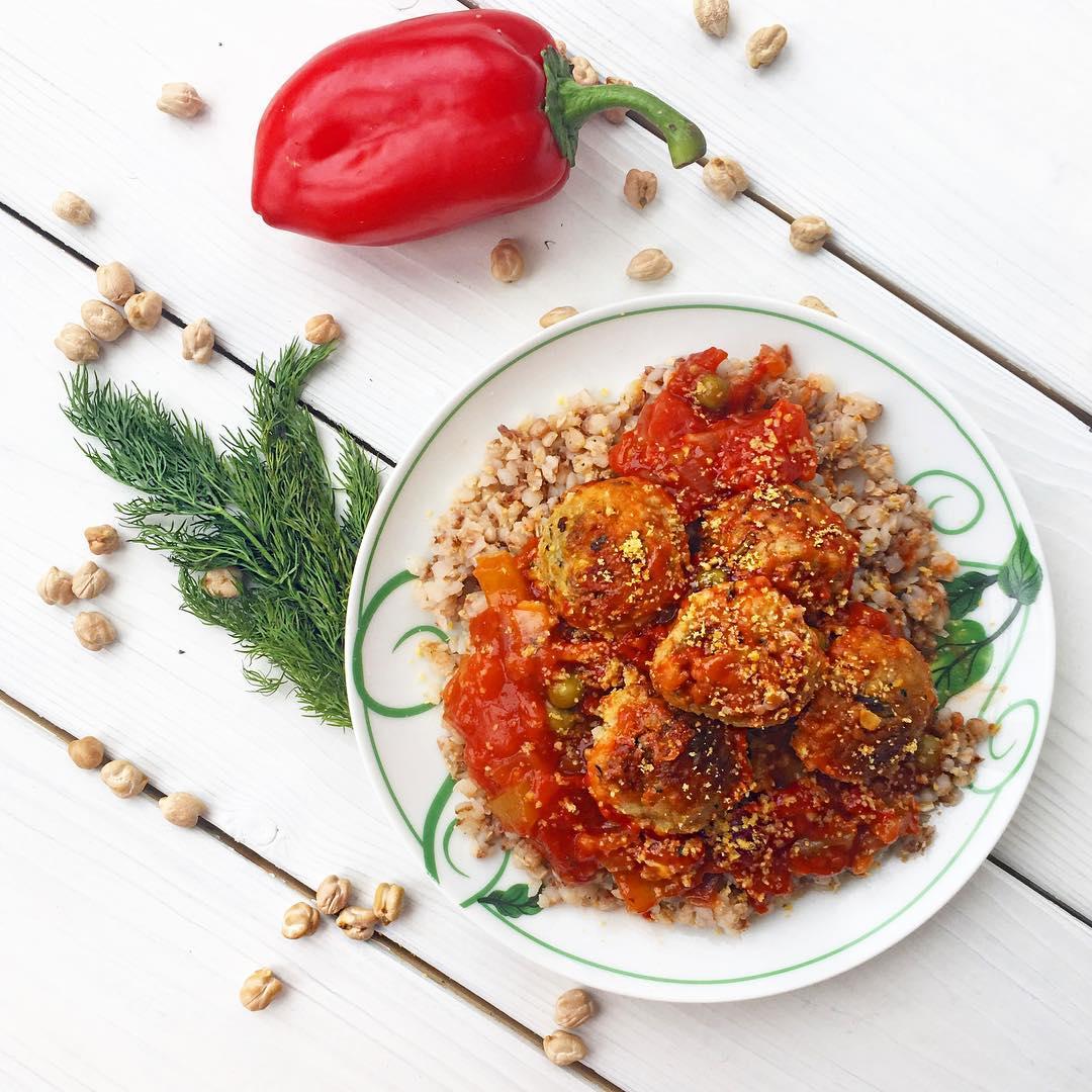 Веганские фрикадельки в пряном томатном соусе