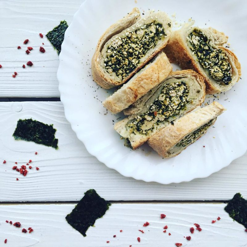 Веганский морской рулет с тофу, шпинатом и нори