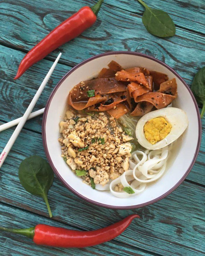 Тайский суп с рисовой лапшой, тофу, морковным лососем и веганским яйцом