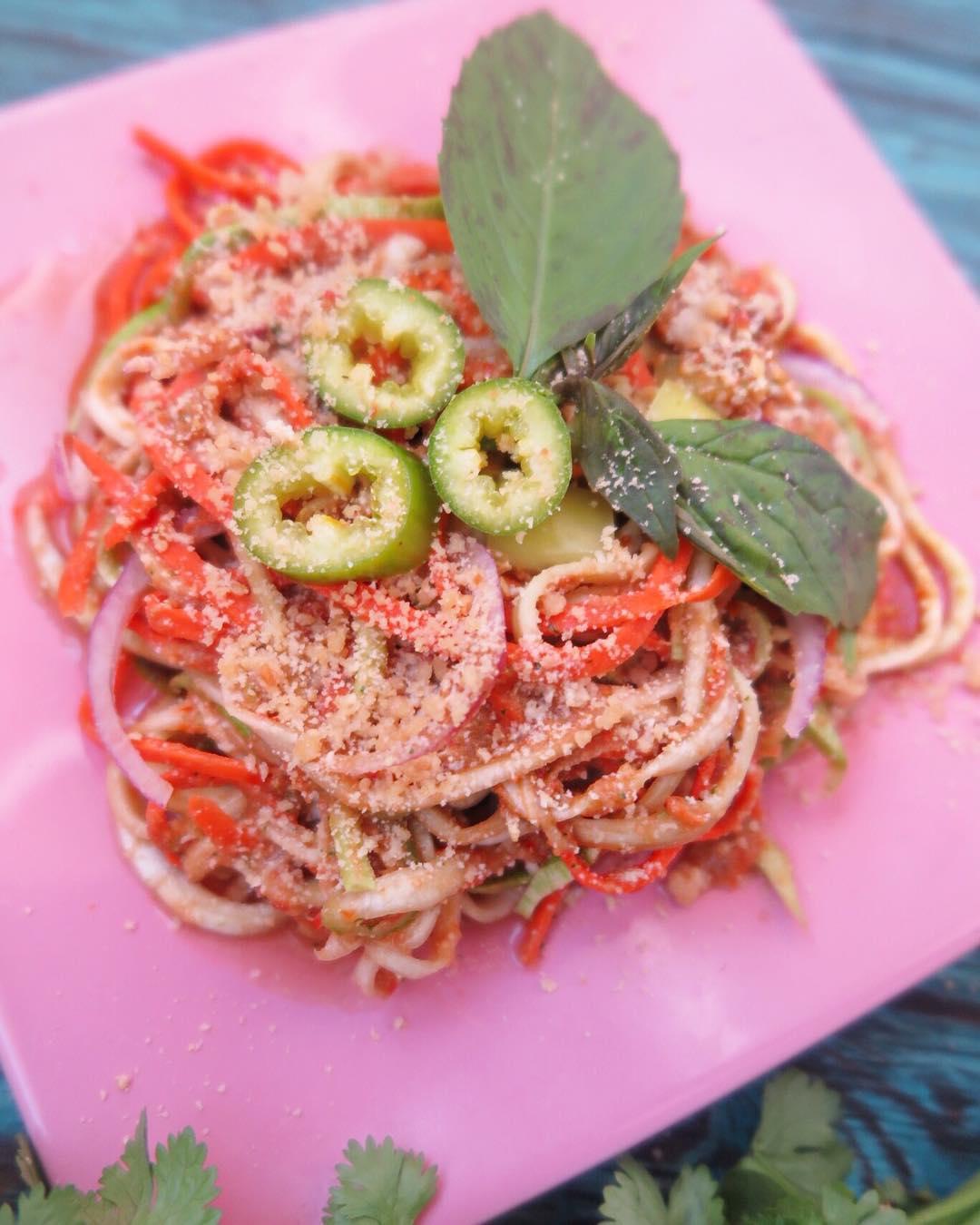 Овощная лапша из кабачка с «тайским» соусом