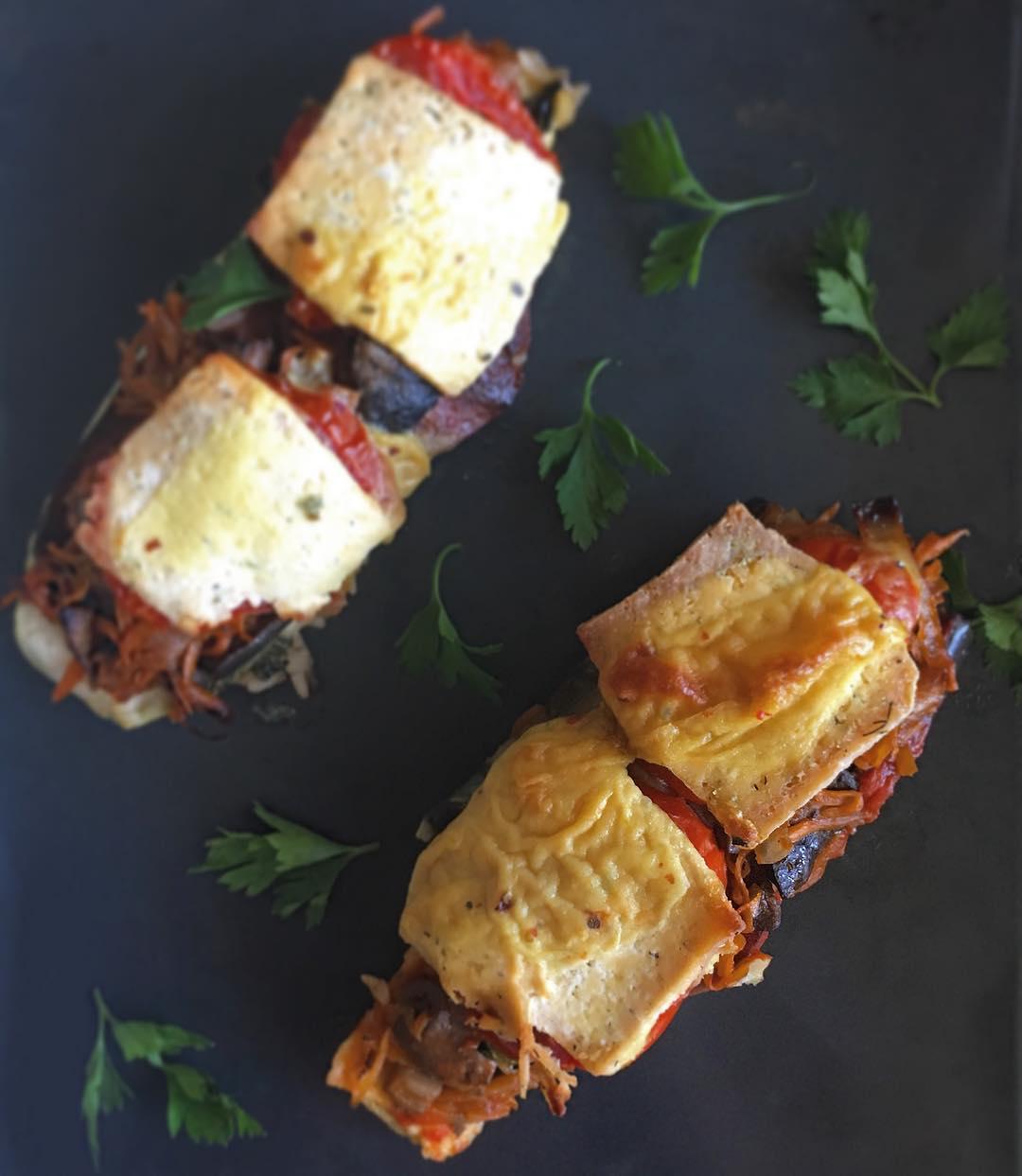 Лодочки/башенки из овощей с грибами, тофу и веганской колбасой с сыром