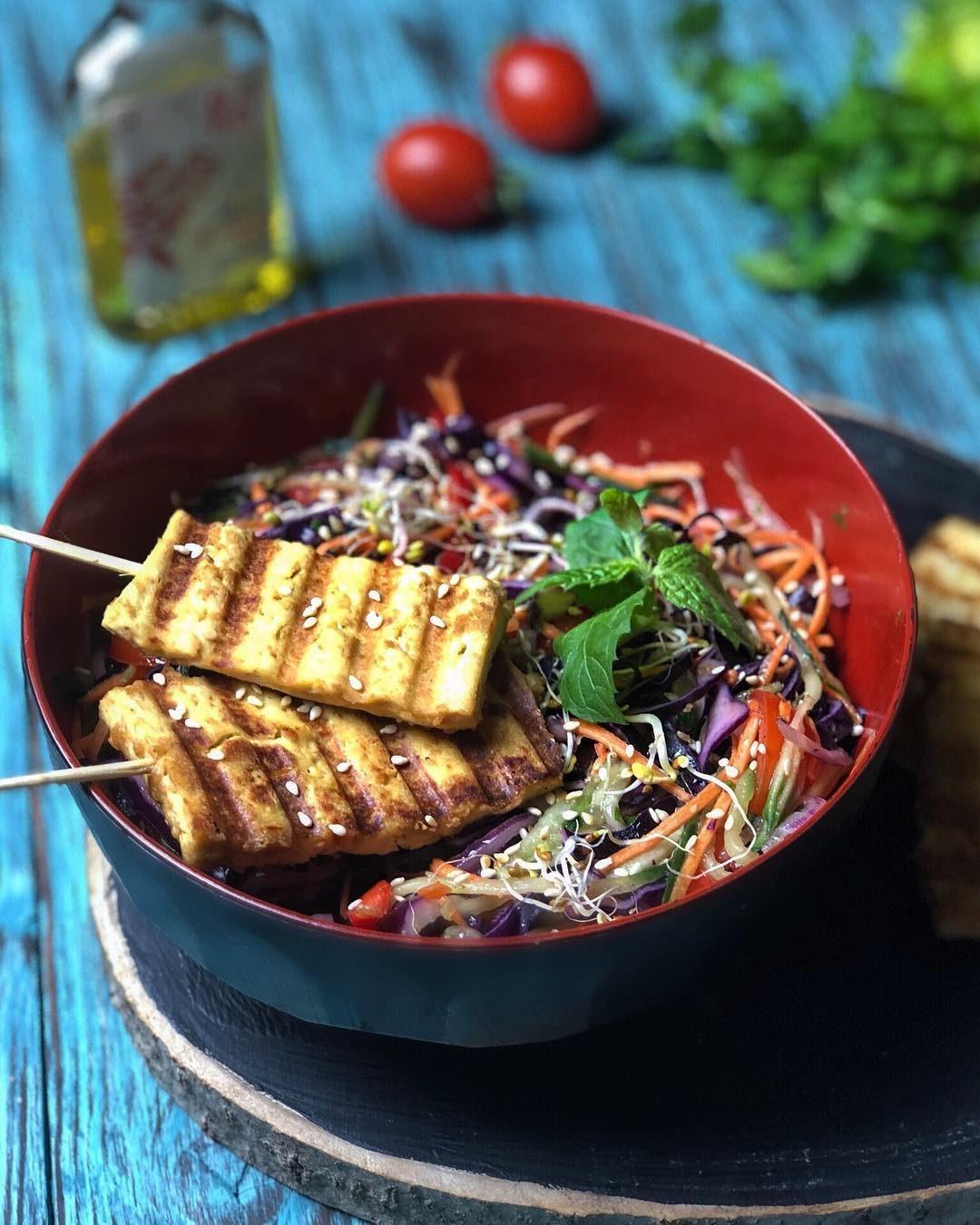 Тофу сатай с овощами и пряной чиа заправкой